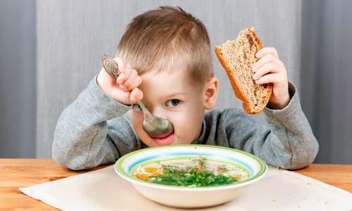 enseñar a los niños a comportarse en la mesa